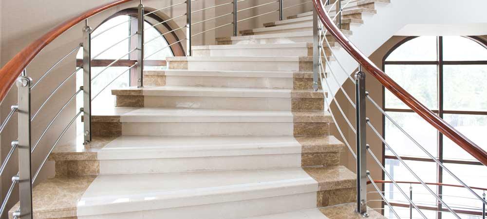 Naturstein Bolzen Treppe freitragend Marmor.jpg